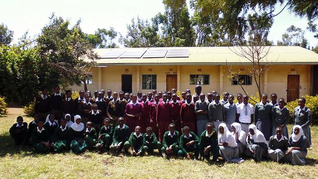 grupo de alumnos en una escuela de Tanzania
