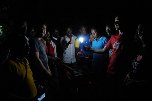 vecinos de Togo usan lamparas recargables