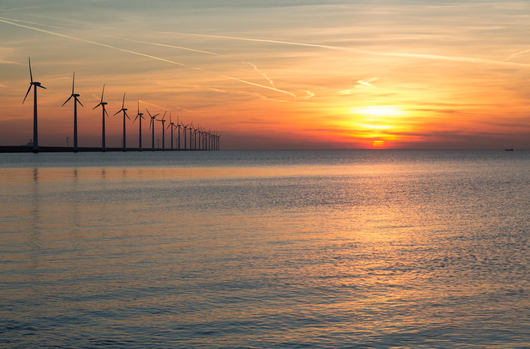 Atardecer En Alemania Con Turbinas Eólicas Offshore