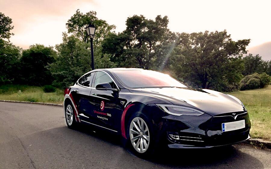 Coche Tesla Alimentado Con Energía Renovable